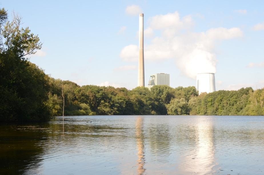 das Kraftwerk Bergkamen überragt die malerische Seekulisse  - einst sollte das Bauwerk an seiner Stelle stehen