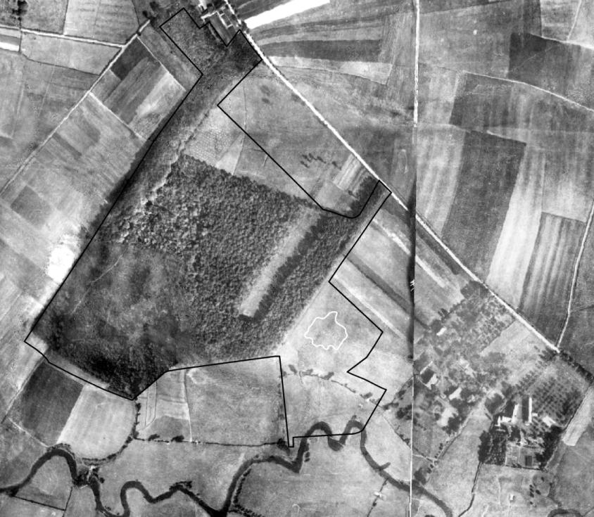 Um 1926 fließt die Seseke noch in ihrem natürlichem Bett (unterer Bildrand) und Bergsenkungen im Gebiet sind nicht erkennbar (Luftbildbefliegung 1925 bis 1930). Regionalverband Ruhr, CC BY-NC-SA 4.0