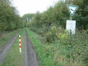 lediglich ein Stichweg für landwirtschaftliche Nutzfahrzeuge führt in das Gebiet - eine Wegeverbindung vom Haus Eickholt bis zum Autohof besteht nicht