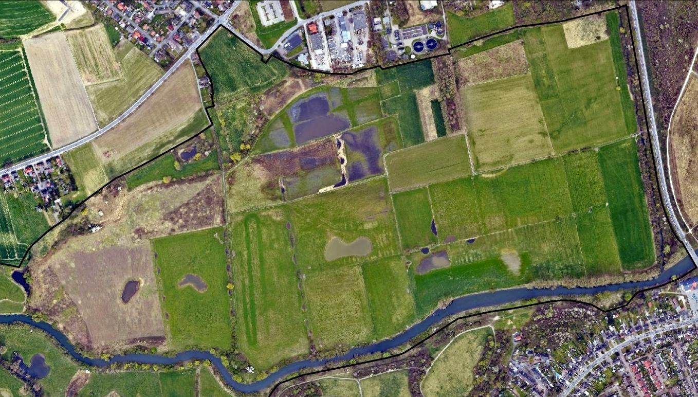 Heute lassen sich diese Beckenstrukturen nur noch auf den vernässten Flächen entlang der Terrassenkante erahnen (Luftbildbefliegung 2011 bis 2017). Regionalverband Ruhr, CC BY-NC-SA 4.0